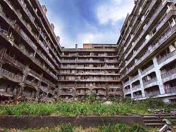 Hashima island paesaggi da film di fantascienza tra le for Disegni di case abbandonate
