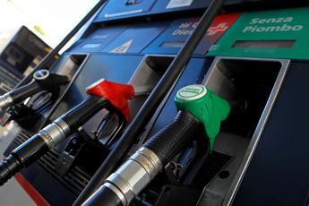 Da Esso a Eni è il festival dei ribassi: -1,5 cent su benzina e diesel