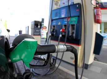Continua il trend al rialzo dei prezzi dei carburanti alla pompa