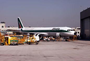 """Alitalia, clima teso per 2.251 esuberi. Lupi: """"Con 1,2 mld di investimenti grande responsabilità dire no"""""""