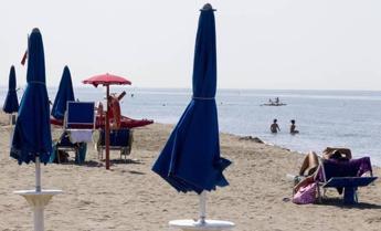 Rissa a colpi di ombrellone alla marina di Torregrande ad Oristano, 5 denunce