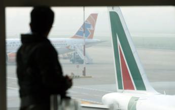 """Alitalia, allarme per 2500 esuberi. Bruxelles: """"Il controllo della Compagnia resti in mani europee"""""""