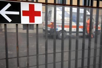 Bari, aggredisce medici e agenti in pronto soccorso Policlinico: arrestato