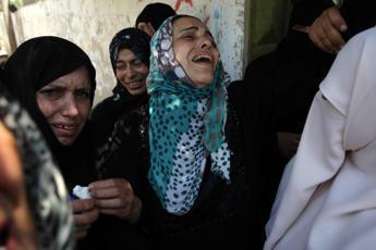 Israele ai civili di Gaza: Pronti al raid, lasciate la zona. In migliaia in fuga