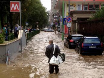 Piove in Lombardia, allerta per fiumi e laghi