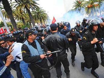 Tunisia: governo taglia sussidi, benzina rincara del 6,3%
