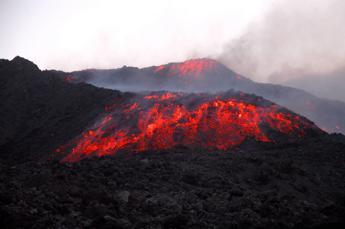 Etna, attività stromboliana da nuova bocca su versante nord-est