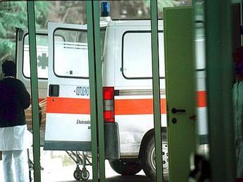 Maltempo, ramo colpisce auto a Roma: un ferito