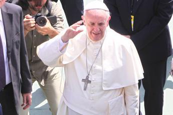 Papa Francesco crea venti nuovi cardinali. Saluto affettuoso con Ratzinger a San Pietro