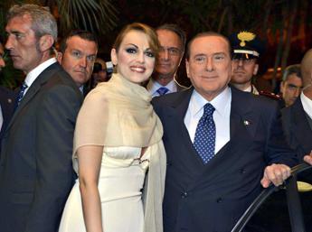 Buon compleanno, amore mio. Fuochi artificio con dedica per Berlusconi dalla sua Francesca