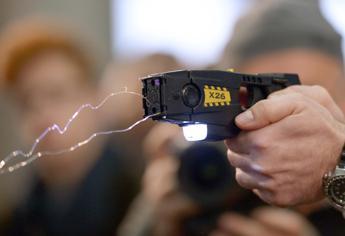 Pistola elettrica alla polizia, primo via libera in commissione alla Camera