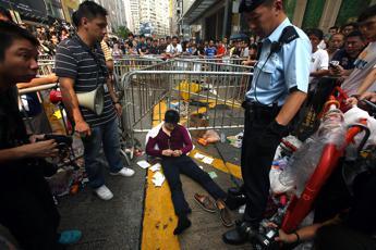 Hong Kong, le autorità aprono al dialogo con gli studenti. Nuovi scontri tra polizia e manifestanti
