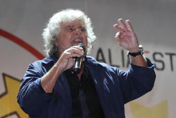 Quirinale, Grillo a Renzi: Buffoncello. Consultazioni del Pd al via martedì senza M5S