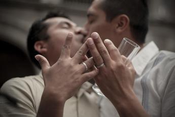 Stop di Alfano ai matrimoni gay: Annullare le registrazioni delle unioni contratte all'estero. Comuni in rivolta