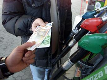 Benzina più cara dal weekend, per un pieno l'aumento costerà quanto un caffé al bar