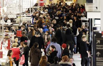 Supermercati assediati e minacce, nel Regno Unito è 'Black Friday-follia'. E la polizia twitta: Calma gente