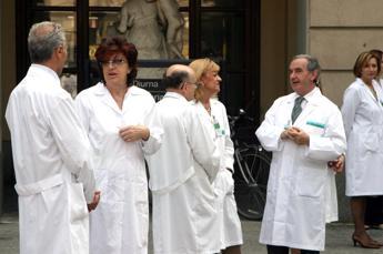 Ordini medici sempre più rosa, ma non ai vertici. Solo 6 donne su 106 presidenti