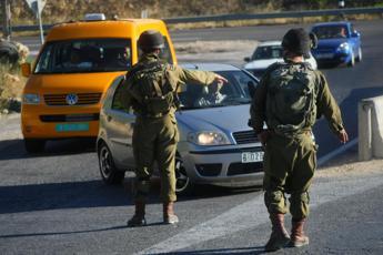 Palestinese pugnala poliziotto israeliano, ucciso
