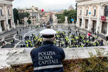 Rom dà un pugno a un vigile, i figli affidati ai servizi sociali. Ospol: A Roma 250 aggressioni l'anno
