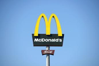 Muore al McDonald's e nessuno se ne accorge, cadavere tra i tavoli per 7 ore