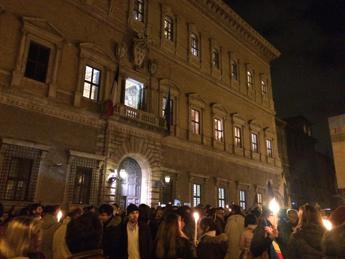 Matite, fiaccole e Marseillaise, la solidarietà scende in piazza a Roma