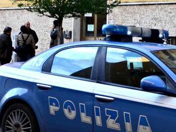 Roma violenta, picchiata e rapinata alla fermata del bus mentre va al lavoro