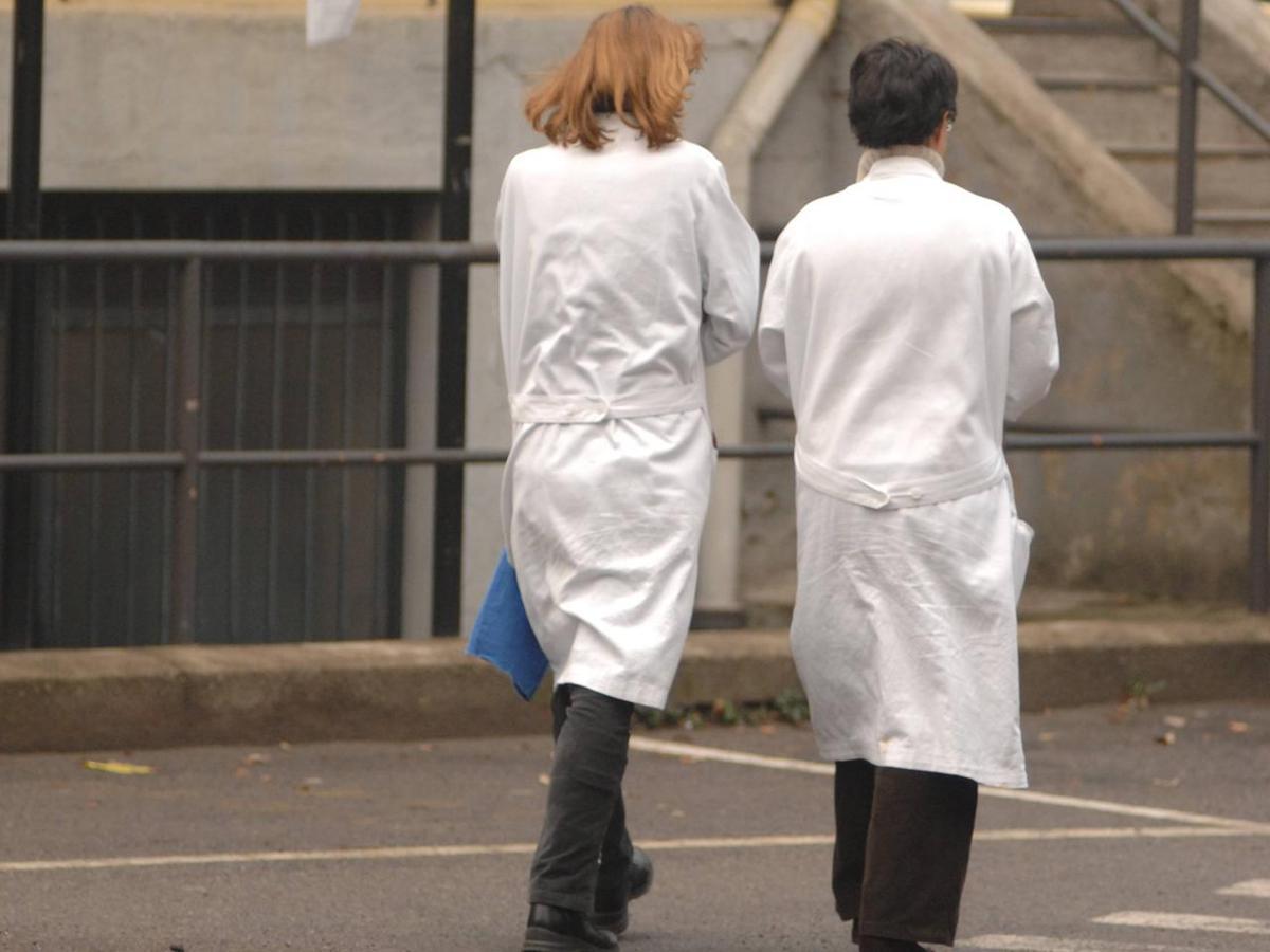 Cuneo, spiava infermieri in bagno con una telecamera nascosta ...