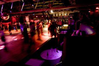 'Postano' video con una 16enne che fa sesso in discoteca, quattro indagati a Torino