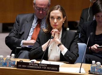 Angelina Jolie in trincea, apre centro a Londra contro violenza donne in zone di guerra