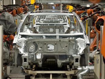 Produzione industriale su dello 0,4% a dicembre, +0,1% rispetto a un anno fa