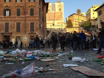 Roma-Feyenoord, tifosi olandesi devastano la Capitale. Danneggiata la Fontana della Barcaccia /Video /Foto /Gli scontri