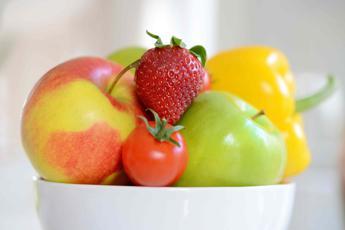 L'allarme di Greenpeace: 8 mele su 10 contaminate da pesticidi
