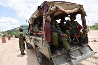 Kenya, raid aerei contro postazioni al Shabaab in Somalia. Stampa: polizia ritardò il blitz al campus