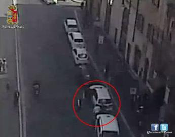 Roma, anziano picchiato da tassista per il parcheggio /Il video dell'aggressione