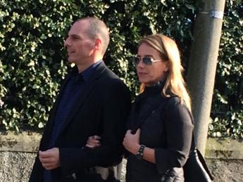 Varoufakis e la moglie aggrediti in un ristorante ad Atene da un gruppo di anarchici