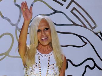 I 60 anni della 'Blonde' Donatella Versace, ora anche testimonial per Givenchy