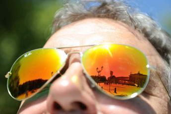 Dalla bancarella al web, il bazar illegale degli occhiali da sole contraffatti