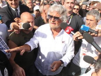 Crisi, Grillo: Lo Stato non c'è e la gente impazzisce