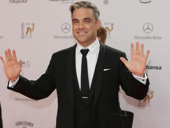 Robbie Williams e la moglie Ayda nei guai, la coppia accusata di molestie sessuali