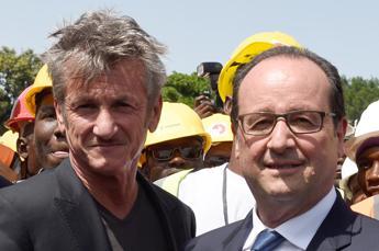 Cannes: Sean Penn arriva a bordo dell'aereo di Hollande