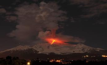 Etna in eruzione dal nuovo cratere sud-est