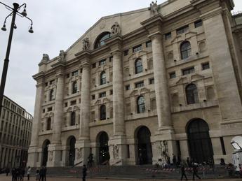 Borsa Milano chiude in rosso con europee, giù le banche
