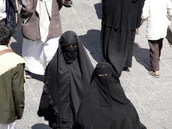 Arabia Saudita, multe per lavoratrici che violano codice di abbigliamento