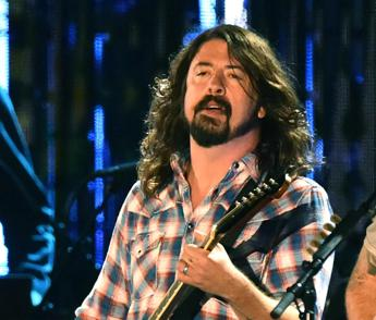 Dave Grohl cade e si rompe una gamba, il concerto dei Foo Fighters continua /Video