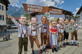 G7, flash mob di Oxfam: stop a disuguaglianza economica globale
