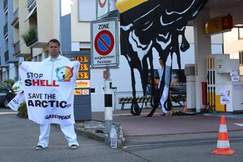 No trivelle in Artico, Greenpeace blocca stazioni di servizio Shell a Zurigo