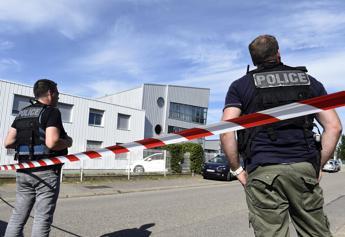 Francia, attentato in fabbrica: corpo decapitato, scritte in arabo /Infografica - Foto