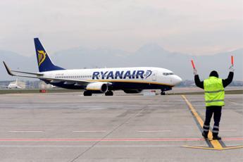 Falso allarme bomba su aereo Ryanair diretto a Oslo, arrestato un uomo