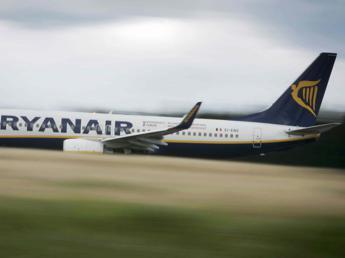 L'aereo sta per partire, coppia di italiani scende in pista per fermarlo. Arrestati