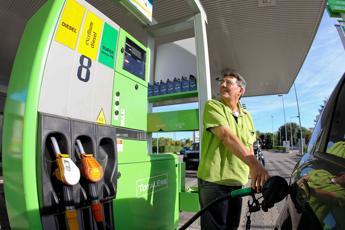 Benzina, prezzi in discesa. Nuovo ribasso Eni, giù anche Esso e Tamoil